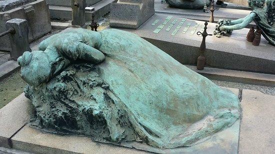 Cimetière Monumental : Grief showing through the statue