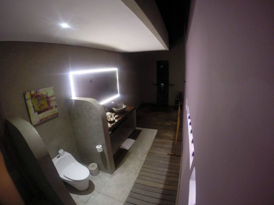 Blue Karma Hotel: Bathroom & Toilet of Villa Frangipani