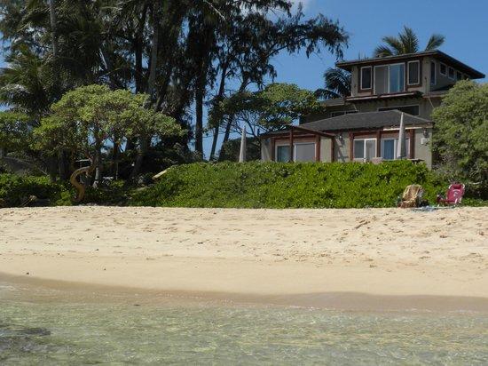 Tiki Moon Villas: Two front, beach apartments and the beach