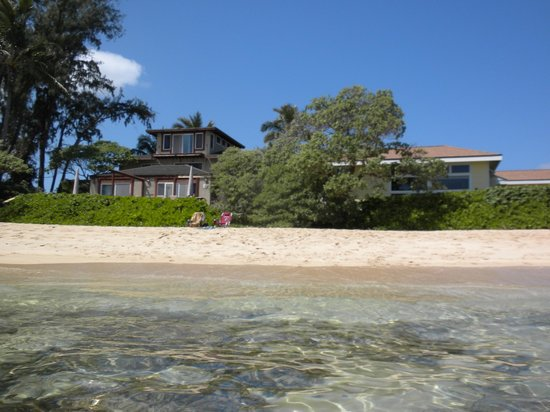 Tiki Moon Villas: View of the front apartments and the beach