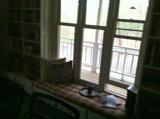 Mountain Thyme Bed & Breakfast Inn: This was where I read books and drank my coffee in the morning (Common Area)