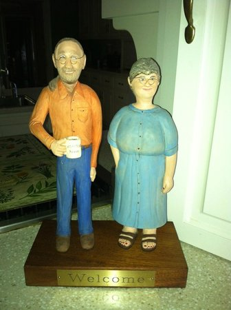 Mountain Thyme Bed & Breakfast Inn: One of the guests carved this ! Spitting image of the innkeepers!