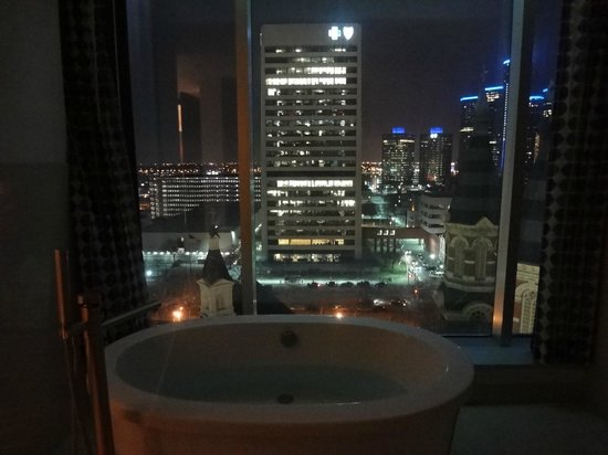 Grewn Hotel Luxury Suite The Bathtub At Night