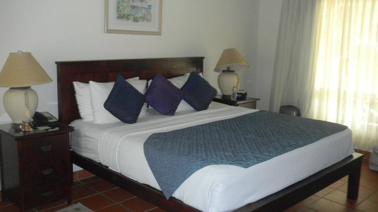 Galley Bay Resort : King sized bed