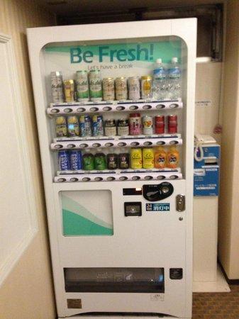 Hotel Sunlite Shinjuku: The on floor  beverage vending machine.