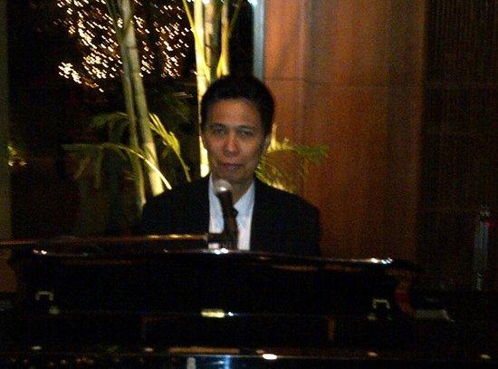 The Peninsula Bangkok : Harry St Bonaventure -Pianist extraordinaire in the Peninsula Lobby