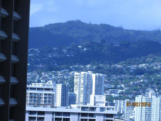 Hilton Hawaiian Village Waikiki Beach Resort : mountain to the right of hotel (not diamond head)
