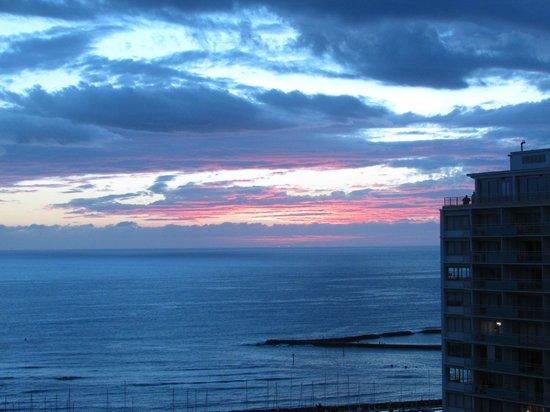 Hilton Hawaiian Village Waikiki Beach Resort : View of sunset from 34th floor
