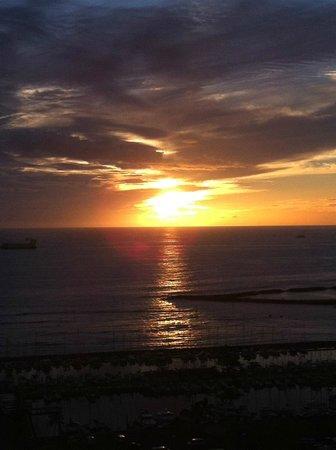 Hilton Hawaiian Village Waikiki Beach Resort : breathtaking sunset from 34th floor