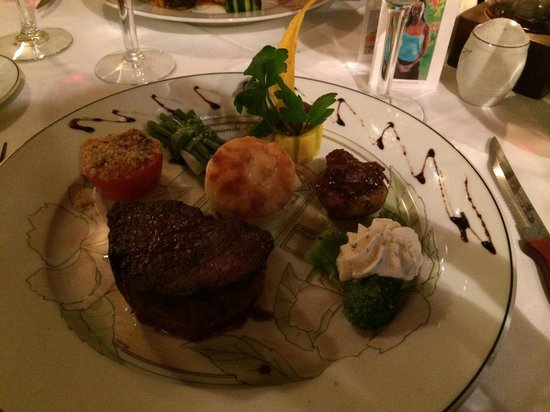 L'Auberge Gourmande: Filet with haricot vert, au gratin potatoes, broccoli and a stuffed tomato.