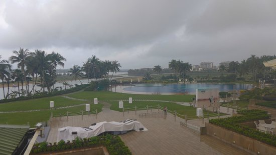 Boao Golden Coast Hot Spring Hotel: Sprawling grounds, huge hot spring pool
