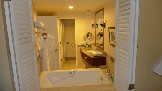 Boao Golden Coast Hot Spring Hotel: Bathroom: separate toilet, shower, rub.  Seen from the bedroom (wooden windows opened)