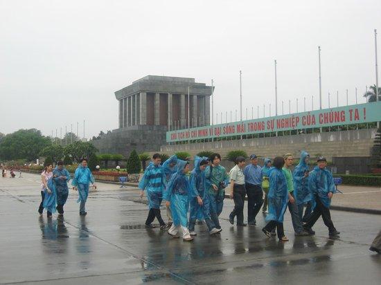 Mausolée de Hô Chi Minh : Tour group passing the Mausoleum on a humid rainy day.