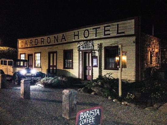 Cardrona Hotel: The hotel's frontage to the Crown Range Road