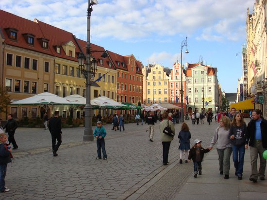 Place du marché (Rynek) : Typical street view of one of the 4 sides of the Rynek