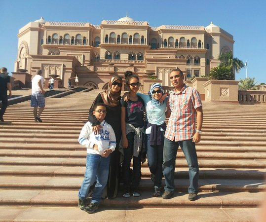 Emirates Palace Hotel: In front of Emirates Palace
