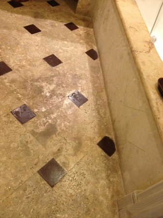 Sanctuary Cap Cana by AlSol : Ocean View Junior suite bathroom floor. Like it's never been cleaned.