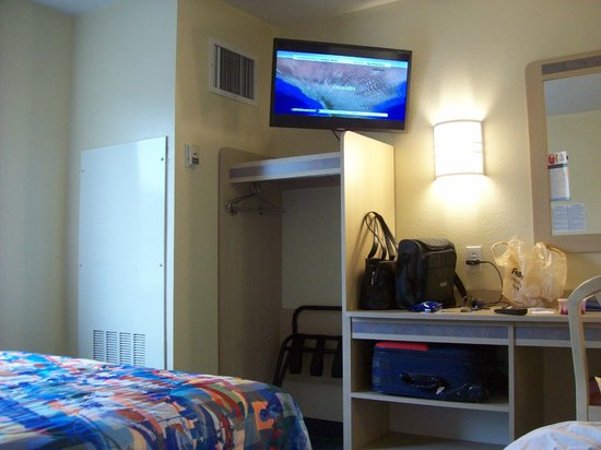 Motel 6 Roseburg: Closet-- away from door