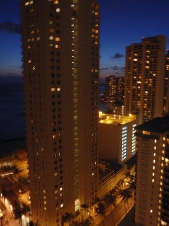 Alohilani Resort Waikiki Beach: Night Skyline