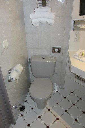 Mercure Nice Centre Grimaldi : Vieux WC et l'ancien carrelage