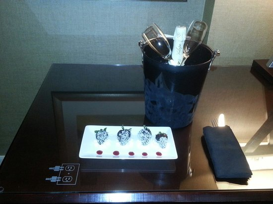 Omni Dallas Hotel at Park West: It was our anniversary. They surprised us with champagne and strawberries.