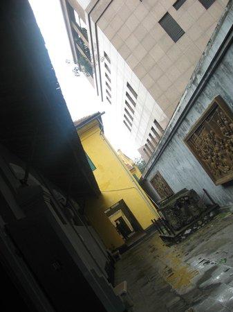 Prisión de Hoa Lo: Narrow corridors of the prison.