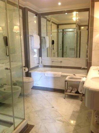 The St. Regis Florence : stunning marble bathroom