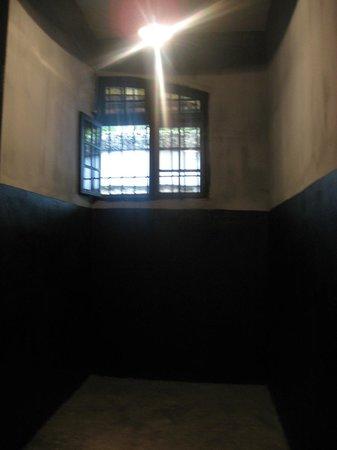 Prisión de Hoa Lo: Prison cell.