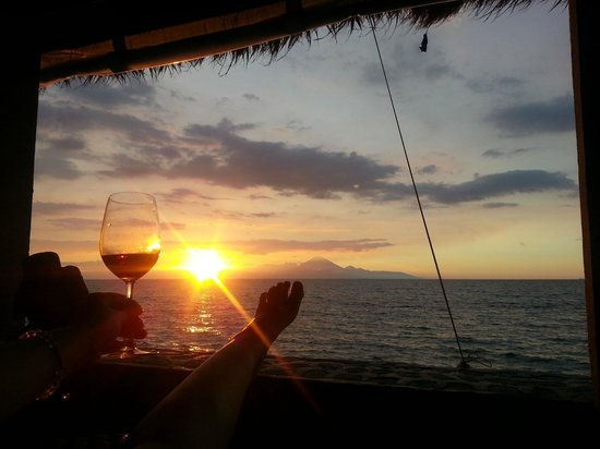Puri Mas Boutique Resort & Spa : View from bar/restaurant across to Bali's volcano at sunset