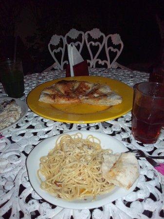 Casa Italia : Focaccia, pan de pizza con ajo y aceite. Pasta aglio e olio.