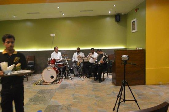 Mango Hotels, Navi Mumbai - Airoli : band