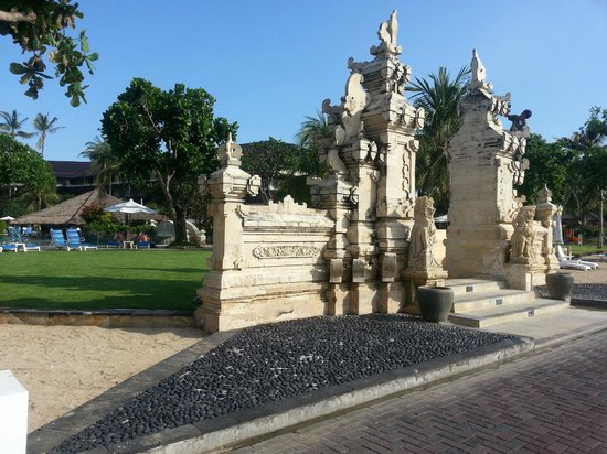 Discovery Kartika Plaza Hotel: Hotel entrance from the waterfront (there no beach)