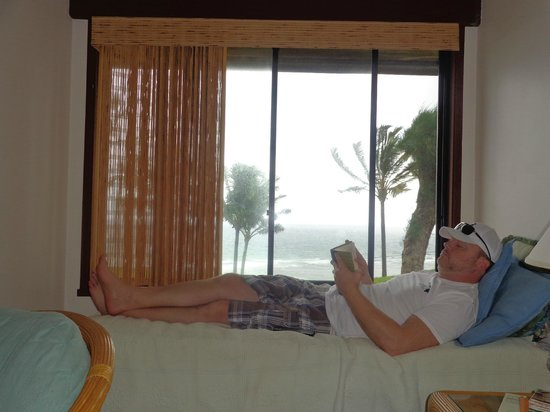 Sealodge at Princeville: Relaxing reading by the day bed in the living room.