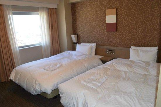 Daiwa Roynet Hotel Takamatsu : twin beds and view over city from window