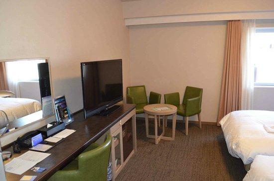 Daiwa Roynet Hotel Takamatsu : flat screen tv & wifi. And even room to sit and relax