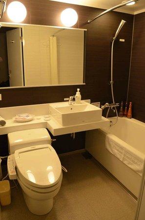 Daiwa Roynet Hotel Takamatsu : modern bathroom