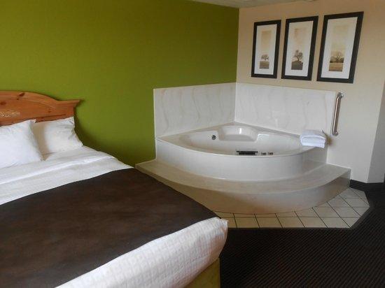 AmericInn Lodge & Suites Little Falls: Jacuzzi suite