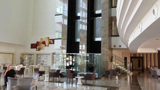 Side Prenses Resort Hotel & Spa: Hotelhalle mit Fahrstuhl