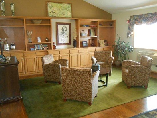 AmericInn Lodge & Suites Little Falls: Cozy Library Area