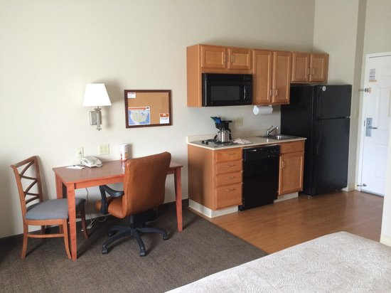 Candlewood Suites Medford: Work desk and kitchenette