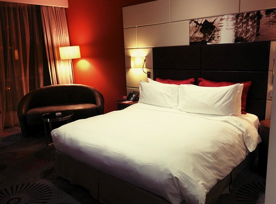 Crowne Plaza Doha - The Business Park: Bed Room and Sofa