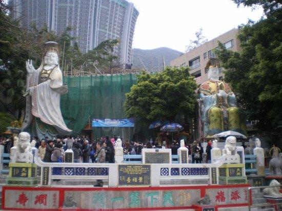 Tin Hau Temple: 工事中のお寺と二つの観音像