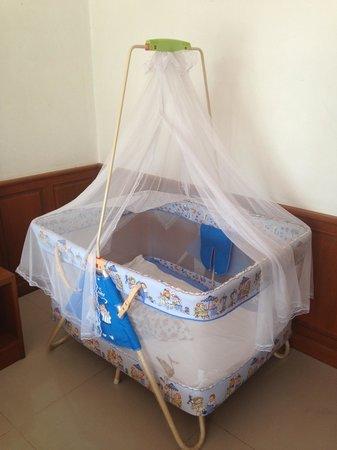 Cookies Hotel: Удобная детская кроватка- манеж за 100 бат в сутки)