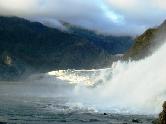 Mendenhall Glacier : Nugget Falls, a short walk from the parking lot