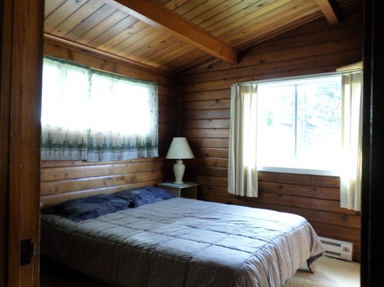 Pacific Bay Motel : standard room with natural wood work