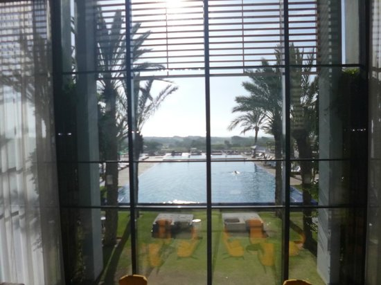 Sofitel Essaouira Mogador Golf & Spa : Piscine vue du hall d'entrée.