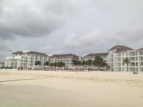 Playacar Palace: View of the hotel from the beach