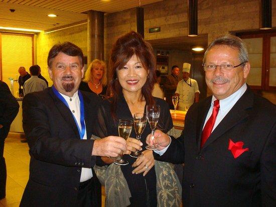 Differente Hotel Krone Unterstrass: Otto Weibel mit Frau, Weltkochverbands Präsidenten Singapur mit H.-W. Aeberli