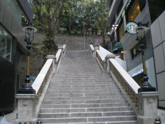Colonial Duddell Street Steps: 4つのガス灯とスタバ