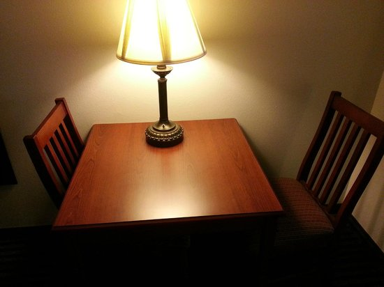Sleep Inn & Suites: Clean table with 2 dining chairs in room